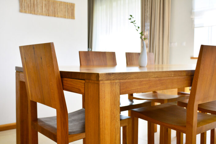 dębowy stół i krzesła