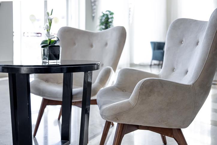 Tapicerowane krzesła jako sposób na personalizację mieszkania