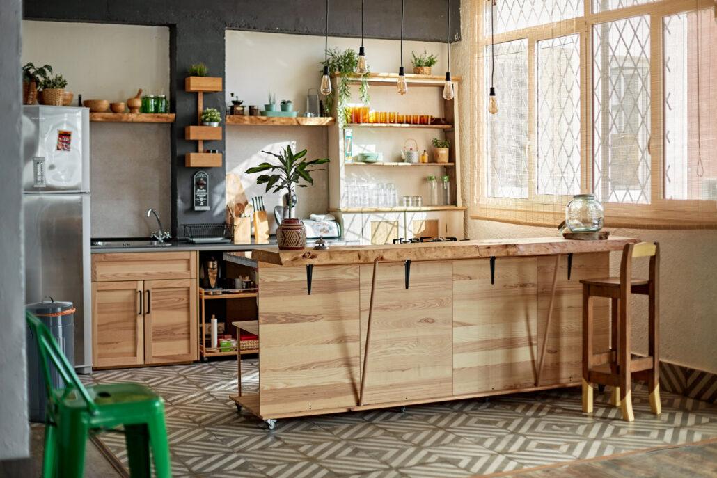 Krzesła kontra stołki barowe. Co sprawdzi się w nowoczesnym mieszkaniu?