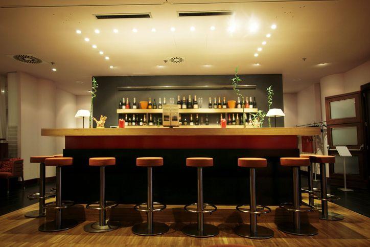 Czym powinny charakteryzować się wygodne stołki barowe?